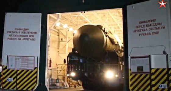 NAVO gewaarschuwd: Rusland rijdt drie RS-24 kernraketten uit hangars